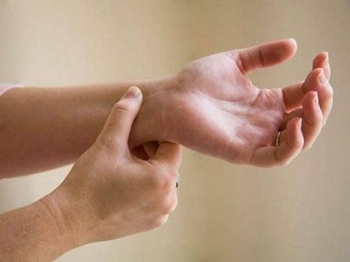 nốt ruồi ở cổ tay phải