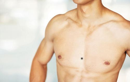 nốt ruồi ở ngực đàn ông