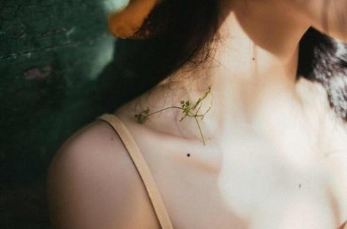 nốt ruồi ở xương quai xanh